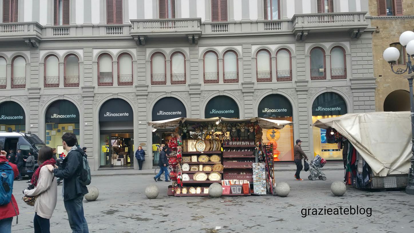 A loja La Rinascente. Do último andar, onde funciona um café, temos uma  vista privilegiada da cidade. Além de roupas e sapatos, é um excelente  endereço para ... 387f349746